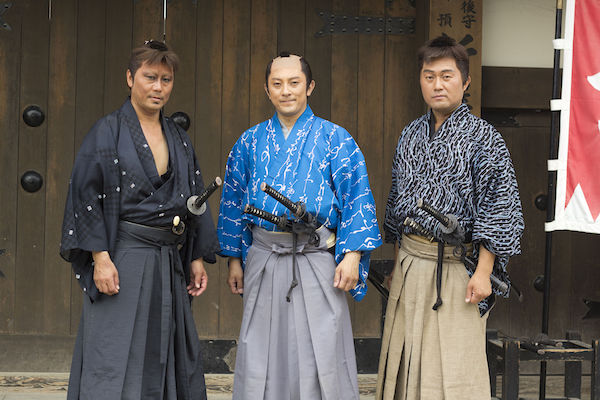 Actors portraying ronin on left and right; employed samurai in center.